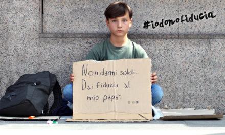 """A Milano il bimbo """"mendica"""" la fiducia: l'emozionante video di un esperimento sociale"""