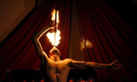 Fuoco, fiamme e acrobazie in centro Lecco: nuovo appuntamento con il Teatro dell'Alpeh