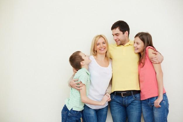 Baci e abbracci, perché lasciare i bambini liberi di scegliere. I consigli del centro Psychè di Lecco