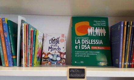 """""""Scaffale ad alta leggibilità"""", una mano dalla libreria """"Mascari5"""" a chi è in difficoltà a leggere"""