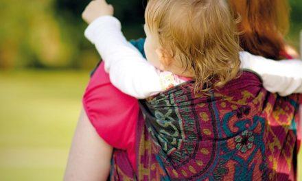 """Nuovo corso in """"Birbantana"""": ecco come imparare a portare i bambini sulla schiena"""